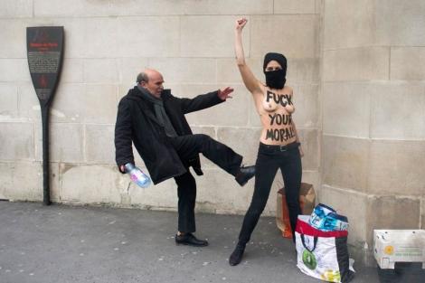 Una activista de Femen, pateada hoy por un transeúnte. | Afp MÁS IMÁGENES