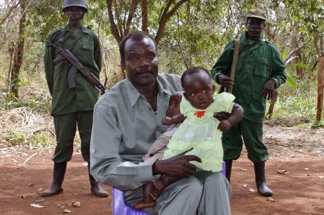 Imagen de 2008 de Joseph Kony con sus hijos en brazos, Lacot y Opiyo. | Reuters