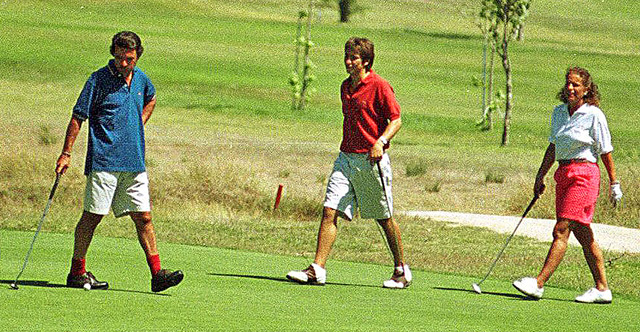 Imagen de la familia Aznar jugando al golf