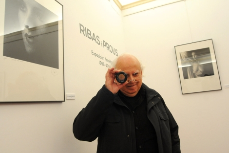 El fotógrafo Ribas i Prous junto a algunas de sus imágenes. | Nacho Alcalá