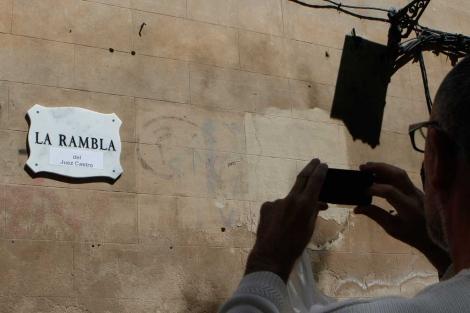 Imagen de una de las placas de La Rambla.   Foto: Jordi Avellà