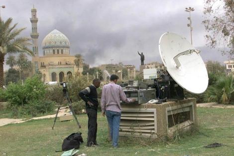 Periodistas revisan las antenas instaladas en el Hotel Palestine, en la guerra de Irak (2003). | Epa