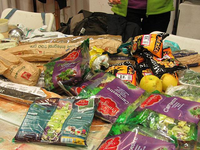 Alimentos recuperados del contenedor de un supermercado, aptos para comer. | Feeding Zgz