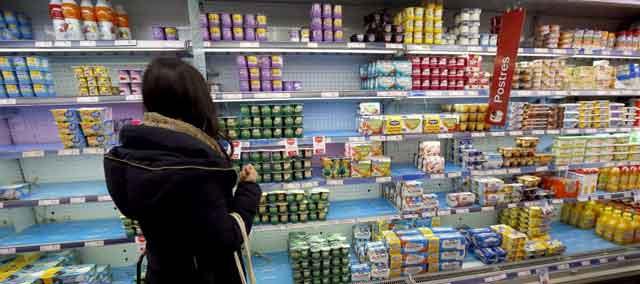 Una consumidora en la sección de yogures de un supermercado.| Efe