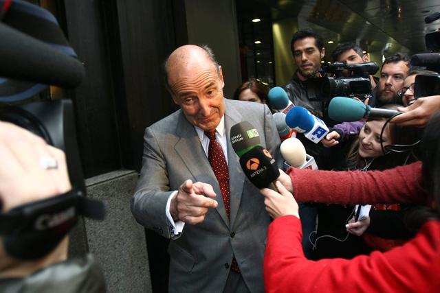 Roca atiende a los medios a su llegada a su despacho en Barcelona.   Efe