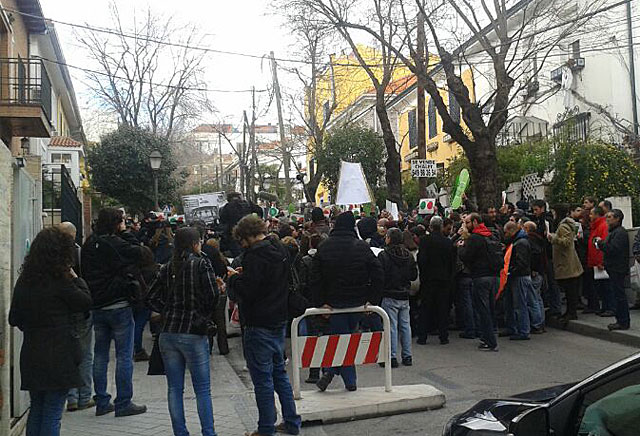 Multitud frente a la casa de Soraya Sáenz de Santamaría. | Luis de Gracia
