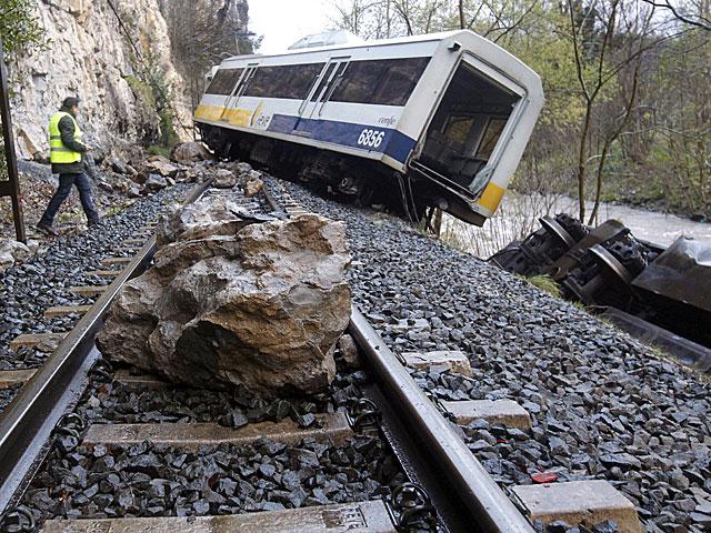 El tren de Feve descarrilado en Cantabria. | Esteban Cobo/ Efe