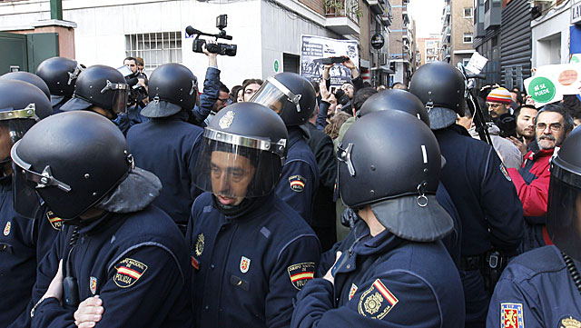 Enorme despliegue policial durante el escrache en casa de Sáenz de Santamaría.   Kote Rodrigo / Efe