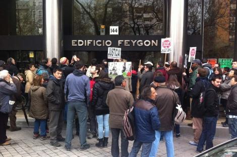 Manifestantes frente al edificio donde se iba a producir el desahucio. | Q. A.