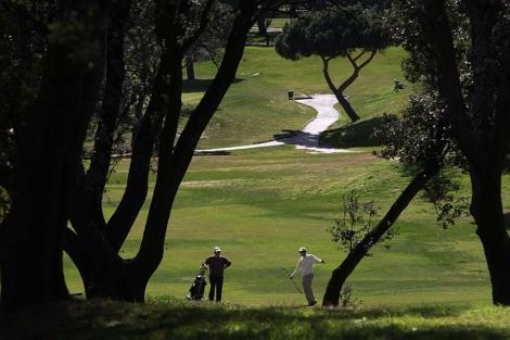 Dos personas juegan al golf en las instalaciones del Club de Campo. | E.M.
