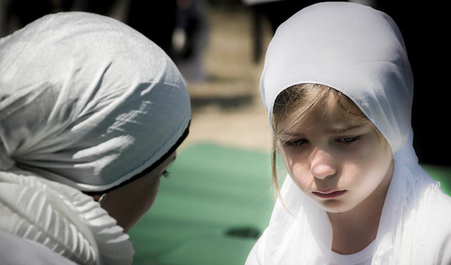 Una niña llora en el cementerio de Potocari. | Iván Pérez [VEA MÁS IMÁGENES]