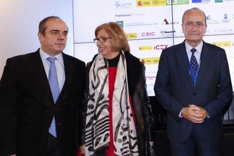 Francisco Triguero con la rectora Adelaida de la Calle y el alcalde de Málaga. | ELMUNDO.es