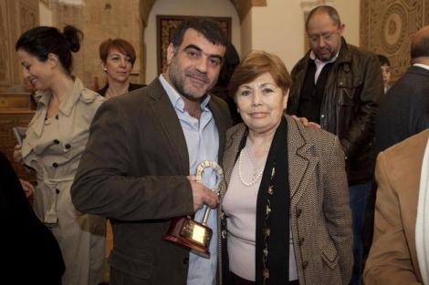Kostas Vaxevanis, junto a Antonia Parrado, la madre de Julio A. Parrado.   Fotos: Madero Cubero