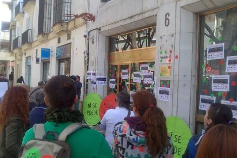 Miembros del 15M durante el escrache al diputado del PP en Jerez. | A.L.