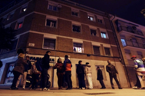 Vecinos ante la casa donde se ha producido el doble infanticidio. | Efe