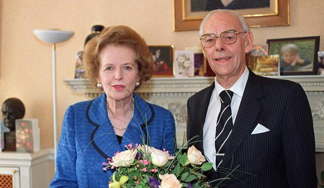 Margaret Thatcher con su marido, Dennis, en una imagen de 2003.   Afp