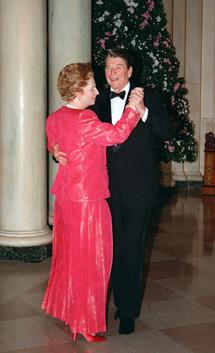 En un baile con Reagan.   Afp