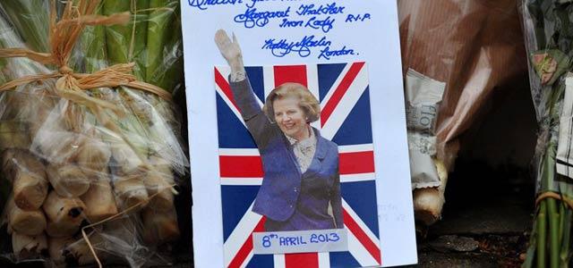 Flores en la puerta de la casa de Thatcher. | Afp