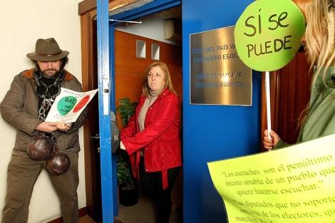 La portavoz de la PAH vizcaína, Begoña Barrutia, sale de la sede del PP. | Efe