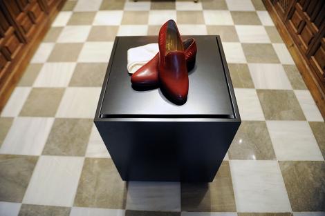 Los zapatos rojos de Benedicto XVI, en el museo granadino. | Jesús G. Hinchado