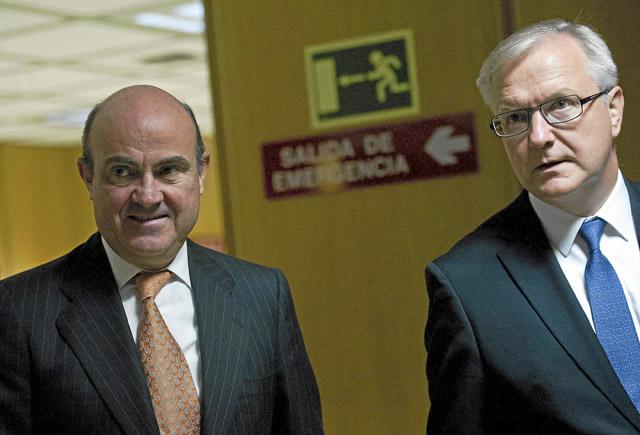 El ministro de Economía, Luis de Guindos (i), y el comisario europeo de Economía, Olli Rehn.   G Arroyo