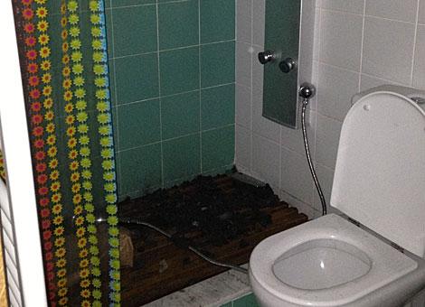 Intento de hacer una hoguera con carbón en la ducha. | EL MUNDO