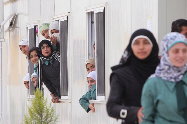 Mujeres sirias en el campo de refugiados de Al Zaatri, en la ciuad jordana de Mafraq. | Reuters