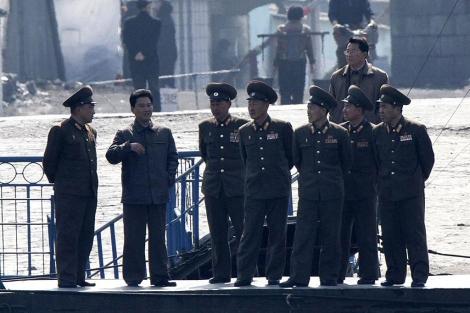 Soldados norcoreanos en la localidad de Sinuiji. | Reuters