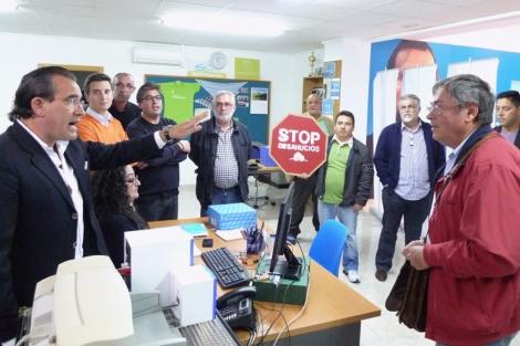 Arturo Torró (izquierda) se enfrenta al portavoz de la PAH en la sede del PP.   Saforguia.com