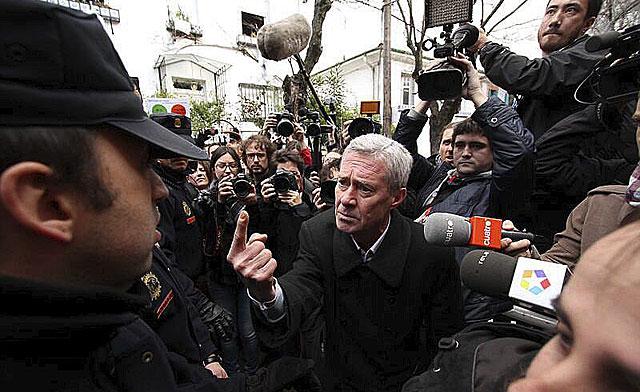 Jorge Verstrynge conversa con la Policía durante el escrache. | José Hinojosa Cobach