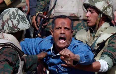 Un civil es apresado durante las revueltas de 2012. | Reuters