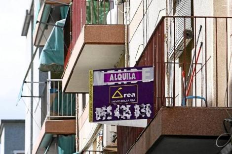 Cartel de 'Se alquila' en el balcón de un piso de Alicante. | Ernesto Caparrós