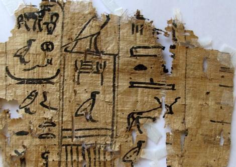 Fragmento de uno de los papiros de la época de Keops encontrados. | Efe