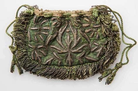 Un bolso italiano de seda bordada, fechado entre 1660 y 1680.  VEA MÁS IMÁGENES