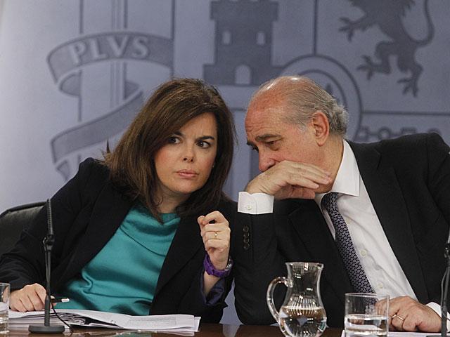 La vicepresidenta Soraya Sáez de Santamaria y el ministro de Interior, Fernández Díaz, tras el Consejo de Ministros. José Aymá
