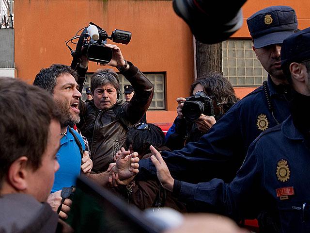 Uno de los manifestantes recrimina a la Policía no poder pasar.   Gonzalo Arroyo