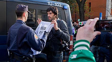 La Policía identifica a un fotógrafo que cubría la protesta.   Gonzalo Arroyo
