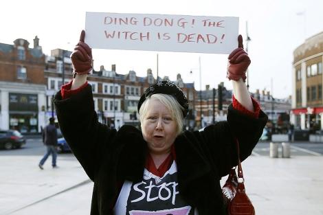 Una manifestante enseña un cartel con el título de la canción. | Reuters
