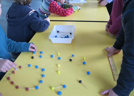 'Moléculas' diseñadas por niños de 10 años.   Museo Nacional de Ciencia y Tecnología