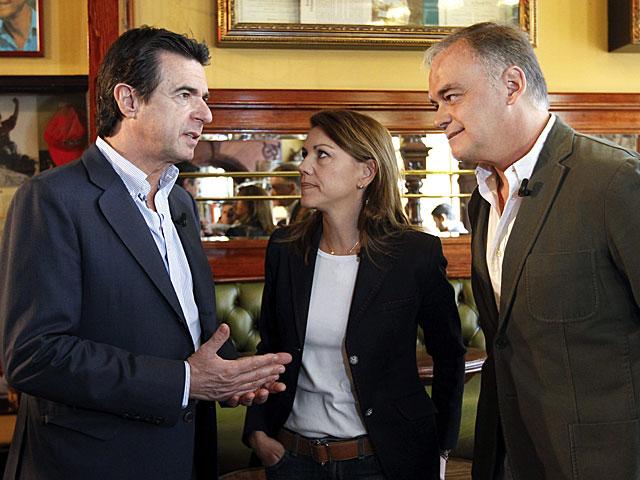 Cospedal conversa con el ministro Soria y González Pons, antes del acto del PP. | Chema Moya / Efe