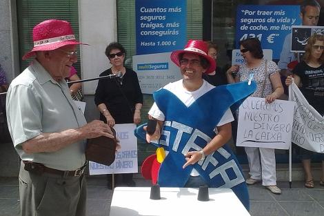Pedro Vera, en una de sus protestas ante la sucursal de La Caixa de Villanueva. | M. Cubero