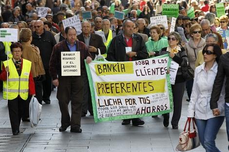 Afectados por las participaciones preferentes de Bankia se manifiestan.