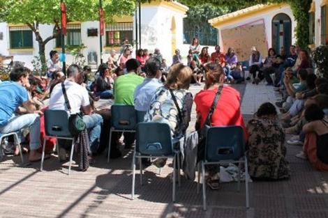 Los integrantes de las iniciativas de Transición en una charla. | E.M.