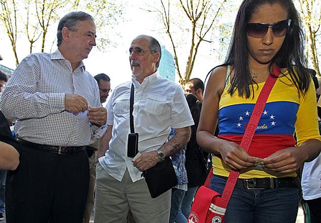 Anasagasti acude a votar al Consulado de Venezuela en Bilbao. | Efe