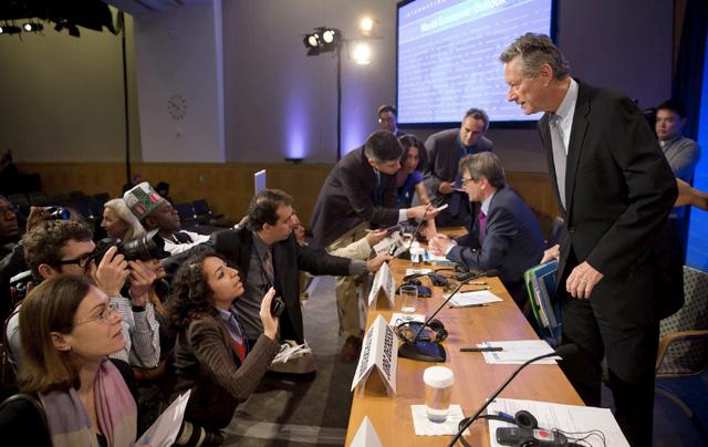 El economista jefe del FMI, Olivier Blanchard (dcha). | Efe