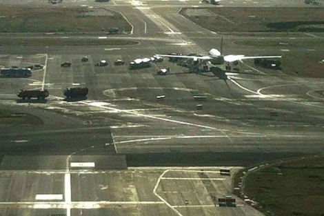 Un avión de Air Europa sufrió un pinchazo tras el accidente. En la imagen, equipos de emergencia rodean la aeronave tras aterrizar. E.M.