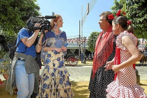 Los periodistas eslovenos entrevistan a una mujer y una niña.   C. Márquez