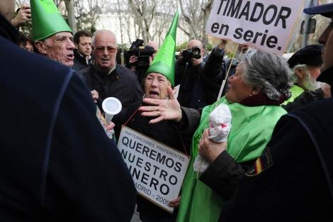 Manifestantes contras preferentes en Madrid. | Bernardo Díaz