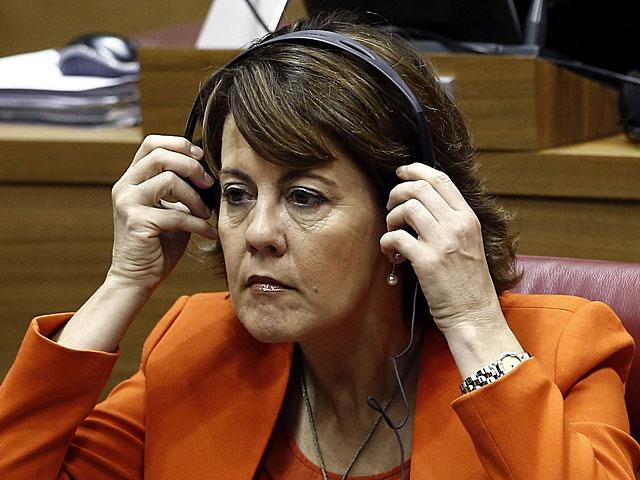 Yolanda Barcina, con auriculares, en la sesión del Parlamento navarro. | Jesús Diges / Efe