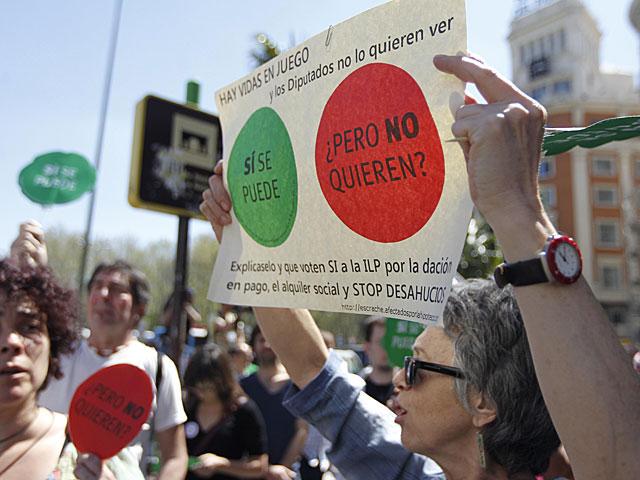 Manifestantes antidesahucios cerca del Congreso durante la votación de la comisión. | José Aymá